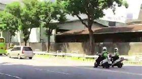 2警停路中央躲太陽惹議 警局回應了 台北市,騎車,巡邏,員警,遮陽,路中央,並排停車,觀感不佳,信義分局 翻攝畫面