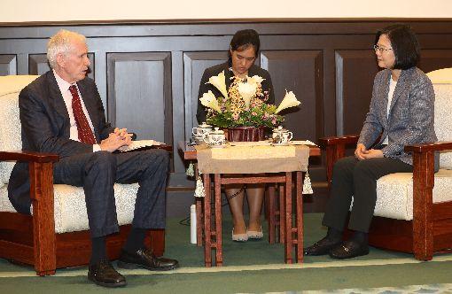 蔡總統接見莫健(1)總統蔡英文(右)13日在總統府接見美國在台協會(AIT)主席莫健(James Moriarty)(左),指出台灣在國防安全議題上,會持續與美國合作,共同維護區域和平穩定。中央社記者張皓安攝 107年6月13日