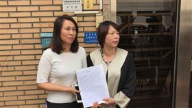 民進黨花蓮縣長候選人劉曉玫今在律師陪同下,按鈴申告。(圖/民進黨部提供)