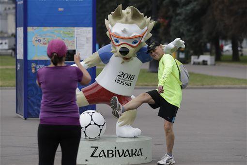 世足賽前夕,俄羅斯迎接各國球迷。(圖/美聯社/達志影像)