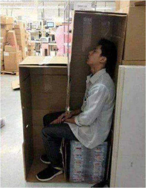 他秀「偷懶絕技」被讚爆 網笑翻:千萬別被老闆看到! 圖/翻攝自臉書