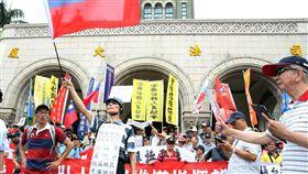 八百壯士不服從遊行反軍改團體「八百壯士」13日發起不服從遊行,並前往司法院遞送釋憲聲請書,包括全教總等團體也到場聲援。中央社記者郭日曉攝  107年6月13日