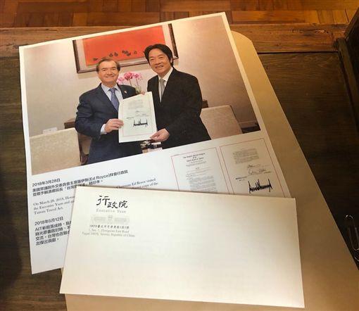 行政院長賴清德昨天將美國聯邦眾議院外交委員會主席艾德‧羅伊斯,親手致贈《台灣旅行法》精印本時的合影,提供給AIT製成時空膠囊。
