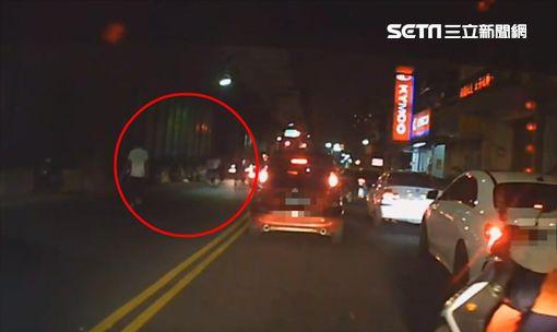 再傳擄人!5車包圍人1人 男遭痛毆、電暈被載南港丟包圖/翻攝畫面