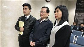 王炳忠(左)、父親王進步(中)、律師陳麗玲,共赴北院出庭。潘千詩攝影