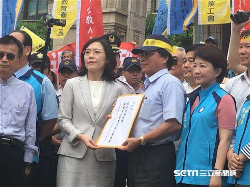 800壯士成員、藍委赴司法院遞交釋憲聲請書,大法官書記處處長王碧芳出面接下。翻攝畫面