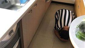 母親大人跪迎孩子回家,網友看了全笑瘋。(圖/翻攝Dcard)