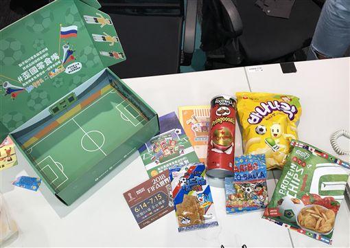 世界盃足球賽,足球場,世足,零食盒,零食箱,開箱(記者郭奕均攝影)