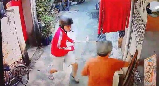 ▲年輕男狠打阿婆 (圖/翻攝自臉書爆料公社)
