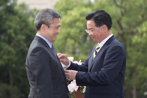 吳釗燮頒贈特種外交獎章給梅健華外交部長吳釗燮(右)13日在台北賓館頒贈美國在台協會(AIT)台北辦事處長梅健華(Kin Moy)(左)「特種外交獎章」,感謝他的貢獻及付出。中央社記者吳翊寧攝 107年6月13日