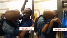 兩名黑人在地鐵爆衝突,其中一名高個竟使出「咬唇」大絕。(圖/翻攝YouTube)