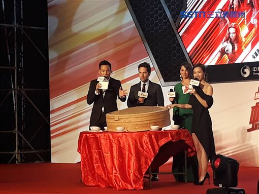 ▲▼「蟻人」與「黃蜂女」體驗台灣傳統辦桌。(圖/記者邱明瑜攝)