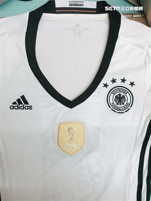 ▲德國球衣上有個上屆冠軍獨有的徽章。(圖/記者詹千雁攝影)