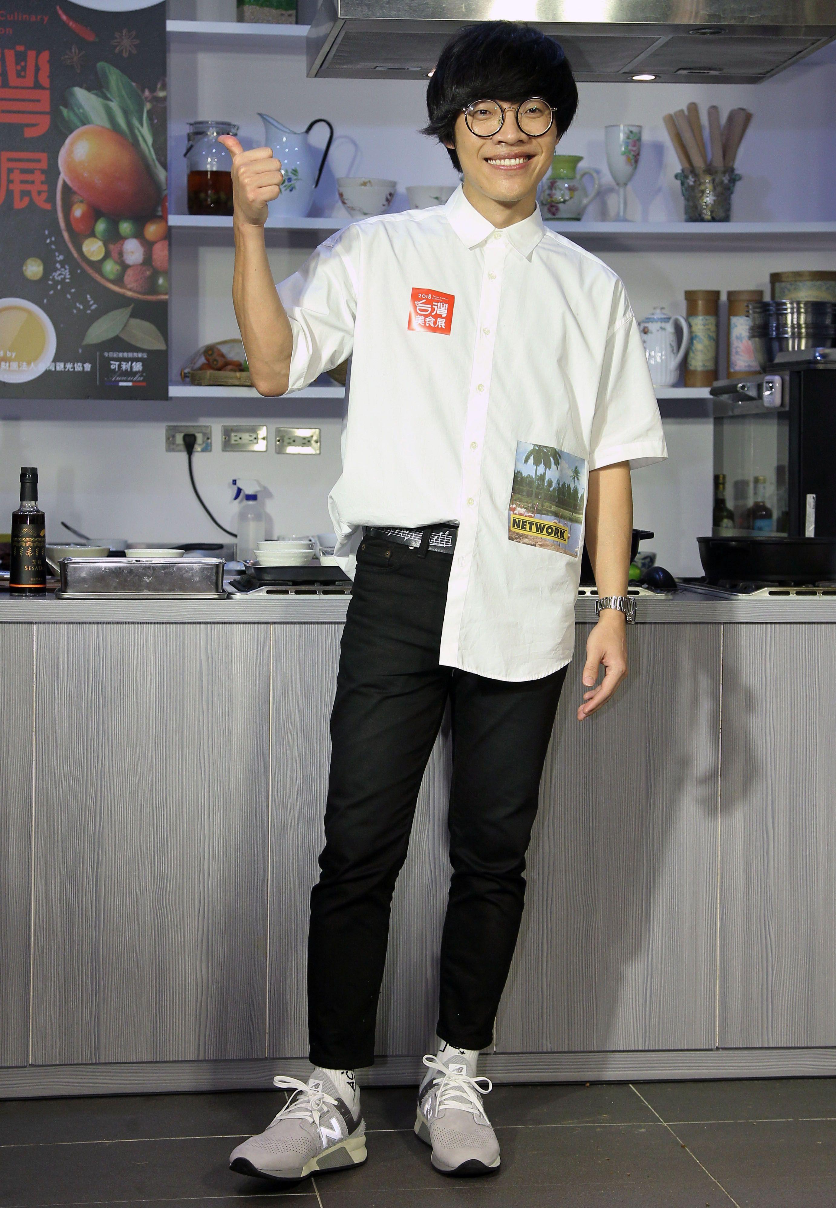 盧廣仲擔任2018台灣美食展宣傳大使,現場挑戰香煎虱目魚肚與澎派海鮮粥兩道台灣海味料理。(記者邱榮吉/攝影)