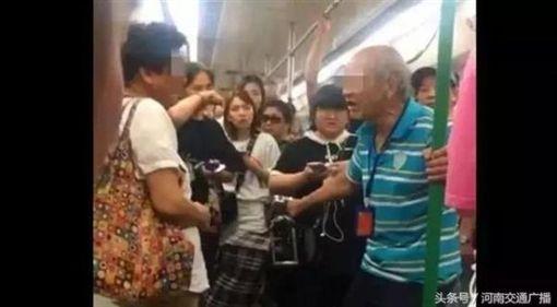 大陸武漢地鐵老伯伯呼大媽巴掌/新浪
