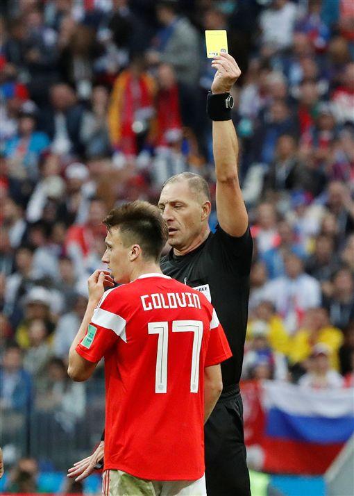 葛洛文吞下本屆世足賽首張黃牌。(圖/路透/達志影像)