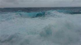 熱帶性低氣壓正式登陸…綠島海浪比人高 船班宣布停駛 圖/翻攝畫面