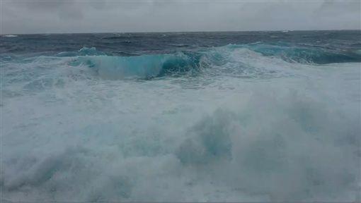 熱帶性低氣壓正式登陸…綠島海浪比人高 船班宣布停駛圖/翻攝畫面