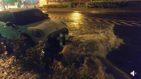 台南大雨女騎士機車遭沖走撞MINI汽車/臉書台南諸事會社