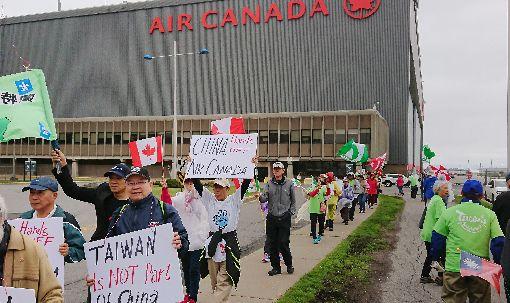 各地台僑赴加航總部抗議逾150名加拿大台僑,手持各式標語,在加航蒙特婁總部前示威抗議。強調台灣不是中國的一部分,同時要中國勿染指加航。(加拿大台僑葉國基提供)中央社記者胡玉立多倫多傳真  107年6月15日