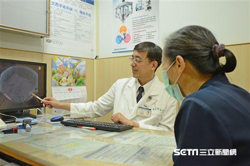 台北慈濟醫院一般外科醫師李朝樹(左)說,脂肪肉瘤能生長在人體任何地方,但以腹部、四肢最常見。(圖/台北慈濟醫院提供)
