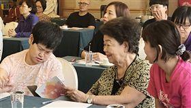 心智障礙雙老家庭故事 花蓮縣府記錄出版 花蓮縣政府持續提供心智障礙雙老家庭「專業到宅服務」,近期並將多個個案故事彙整出版「牽手–一同走過」,書中多幅插畫都由罹患腦性麻痺的齡齡(前左)創作,13日齡齡與高齡77歲的媽媽(前中)一同出席新書發表活動。中央社記者李先鳳攝 107年6月13日