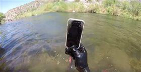 美國,潛水,YouTuber,手機,iPhone X,泡水 圖/翻攝自YouTube