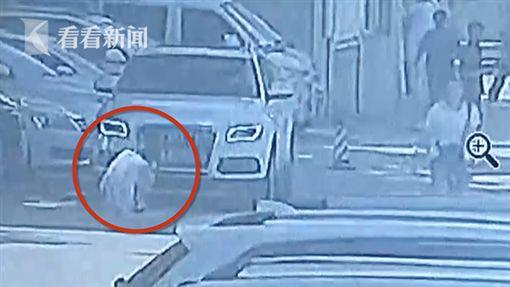 中國大陸一名女童遭父親開車輾死(圖/翻攝自《看看新聞》)