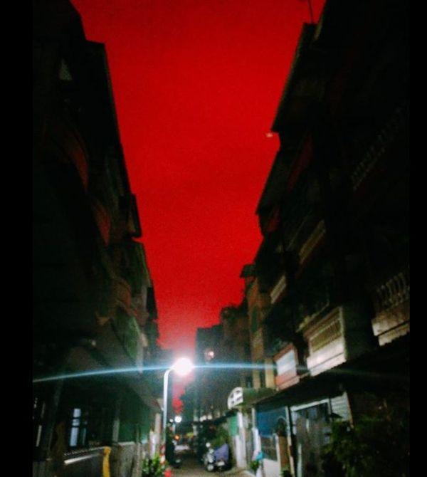 天有異相?高雄天空一片「血紅」(圖/翻攝自爆料公社)