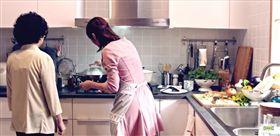 婆媳、婆婆媳婦、煮飯示意圖/翻攝自IKEA Taiwan 宜家家居YouTube https://www.youtube.com/watch?v=07bS6WwBe9E