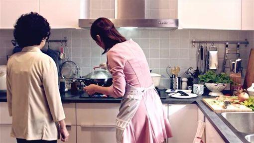 婆媳、婆婆媳婦、煮飯示意圖/翻攝自IKEA Taiwan 宜家家居YouTubehttps://www.youtube.com/watch?v=07bS6WwBe9E