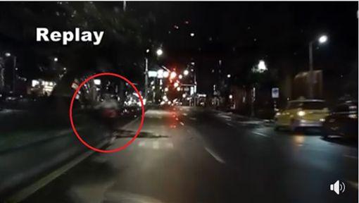 婦騎單車在快車道逆向疑似阿飄/臉書爆料公社
