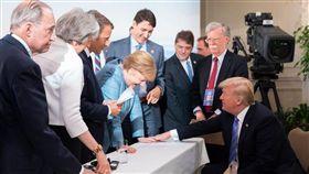 G7有嫌隙?川普PO「摸手照」反擊 痛批:假新聞錯了(圖/翻攝自川普推特)