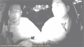 計程車司機抓到乘客偷拿錢/YouTube