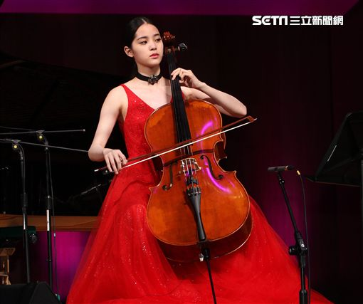 歐陽娜娜18歲成年生日音樂會暨「I am NANA」新書發表。(記者邱榮吉/攝影)