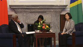 蔡總統會晤索羅門群島總理(2)總統蔡英文(右)21日在總統府會晤南太平洋友邦索羅門群島總理何瑞朗(Hon. Rick Houenipwela)(左),雙方就兩國外交發言交流。中央社記者吳家昇攝 107年5月21日