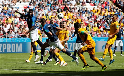 烏迪迪在禁區的「手球」犯規,給澳洲隊1個12碼罰球機會。(圖/路透/達志影像)
