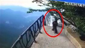18歲少年疑高考失利跳崖身亡,畫面全被錄下。(圖/翻攝微博)