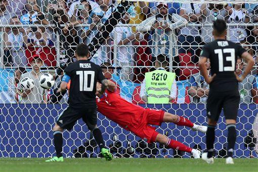 冰島守門員成功攔下梅西的12碼球。(圖/路透/達志影像)