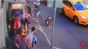 俄羅斯莫斯科一輛計程車衝撞路人,造成8人受傷(圖/翻攝自推特)