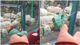 終於「保夾」 娃娃機卻幫娃娃脫褲…他夾到小褲褲超崩潰 圖/翻攝自爆料公社官網