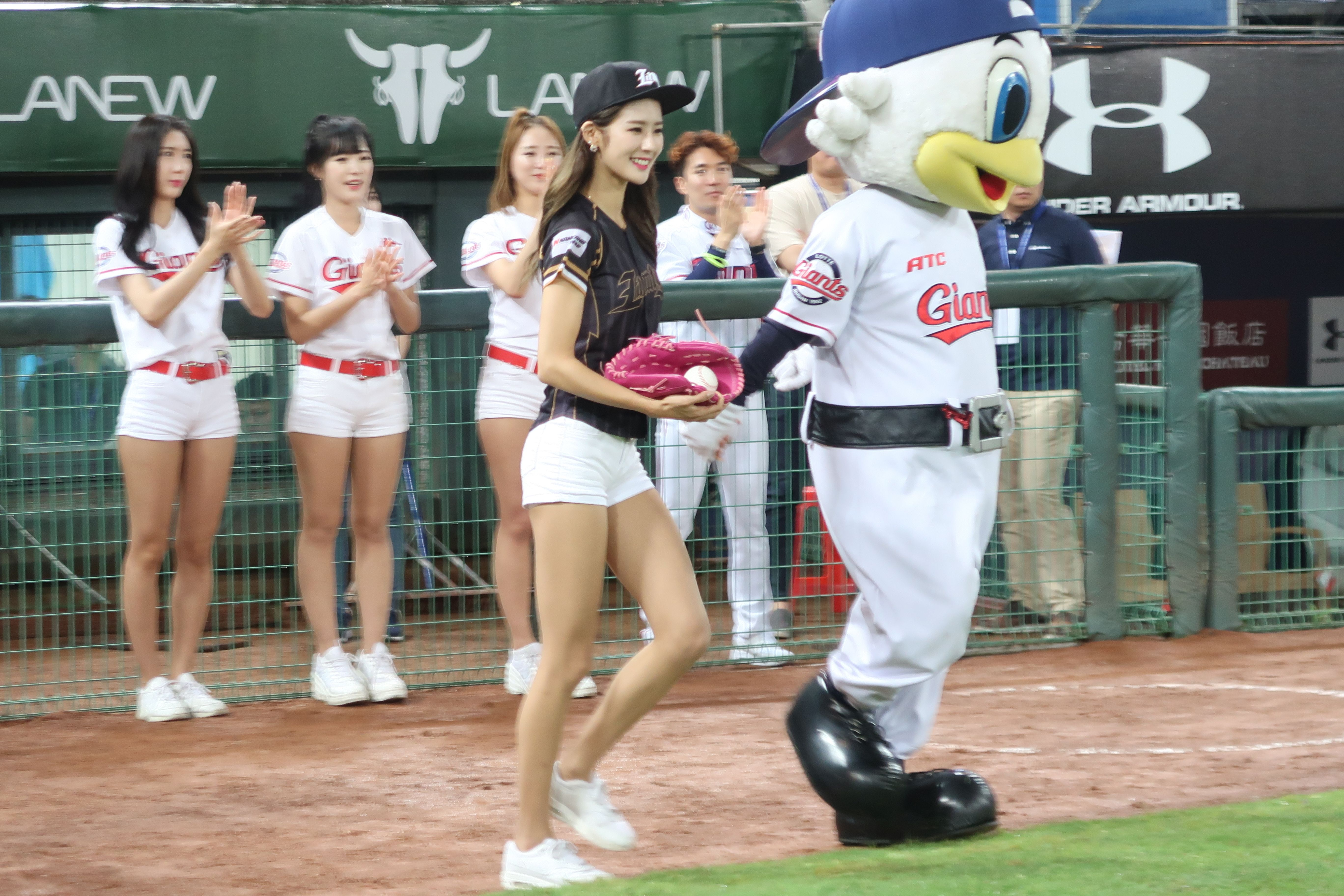 韓國樂天巨人啦啦隊女神朴騏良開球。(圖/記者王怡翔攝)