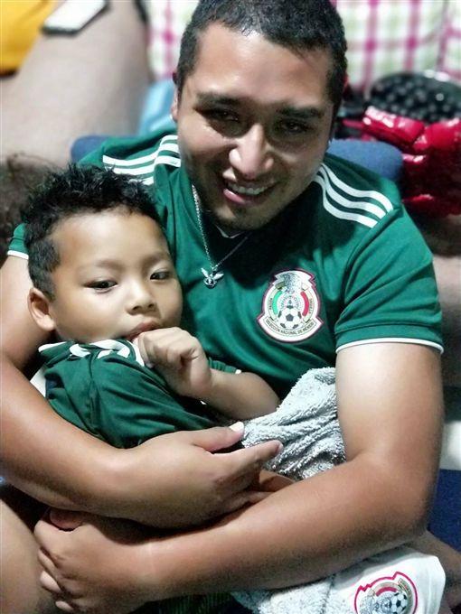▲Rm Albert抱著大兒子看比賽。(圖/Rm Albert提供)