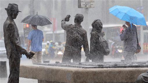 台北傾盆大雨(2)中央氣象局表示,受低壓帶影響,10日起全台天氣趨向不穩定,13至16日西南風增強並持續帶來南方水氣,應慎防局部大雨。台北市10日下午降下大雨,街頭民眾撐傘擋雨。中央社記者吳翊寧攝  107年6月10日 ID-1406537
