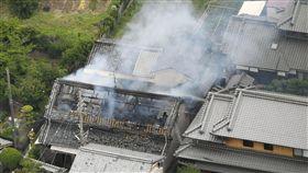 日本6.1強震襲擊大阪北部日本氣象廳表示,大阪北部18日上午7時58分(台灣時間6時58分)觀測到規模6.1強震,高槻一棟住宅在震後起火冒出濃煙。(共同社提供)中央社  107年6月18日