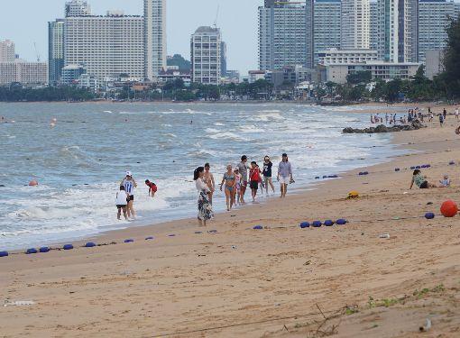 泰國驚覺塑膠垃圾污染海洋泰國政府陸續呼籲減少塑膠使用量,因為塑膠廢棄物已經污染海洋海岸,圖為已經清理過的巴達雅海灘。中央社記者劉得倉巴達雅攝  107年6月18日