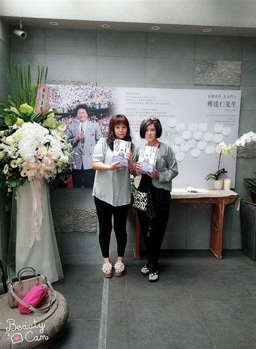 恬娃跟命理師王馨怡被拒絕進入傅達仁的靈堂。(翻攝王馨怡臉書)