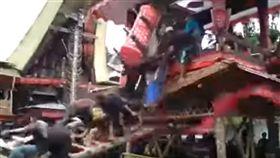 印尼,喪禮,棺木,重壓,兒子,死亡 圖/翻攝自Kabar Indonesia YouTube