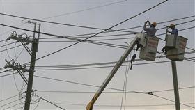 行政院提3策略解決缺電(2)行政院長賴清德8日上午召開「行政院排除產業投資障礙 穩定供電策略」記者會,提出解決「缺電」3大政策方向。圖為台電人員維修高壓電塔情形。中央社記者董俊志攝 106年11月8日