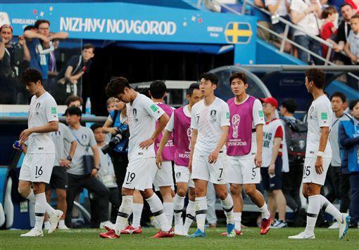 韓國球員輸球後落寞離場。(圖/路透/達志影像)